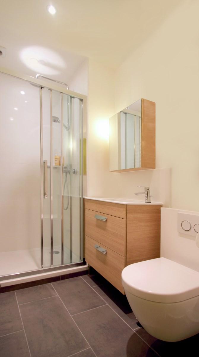 Agence Avous studio jaune optimise sdb avec wc suspendu