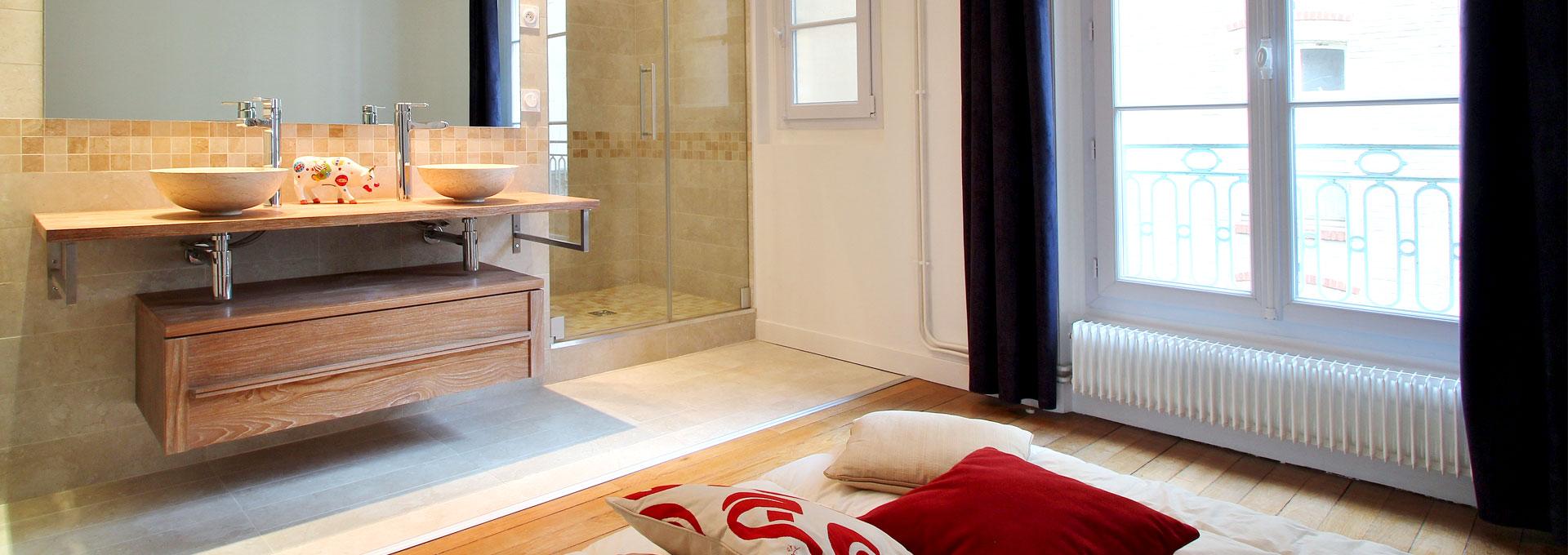 Aménagement salle de bain ouverte vasque bois creusé et gré cérame ...