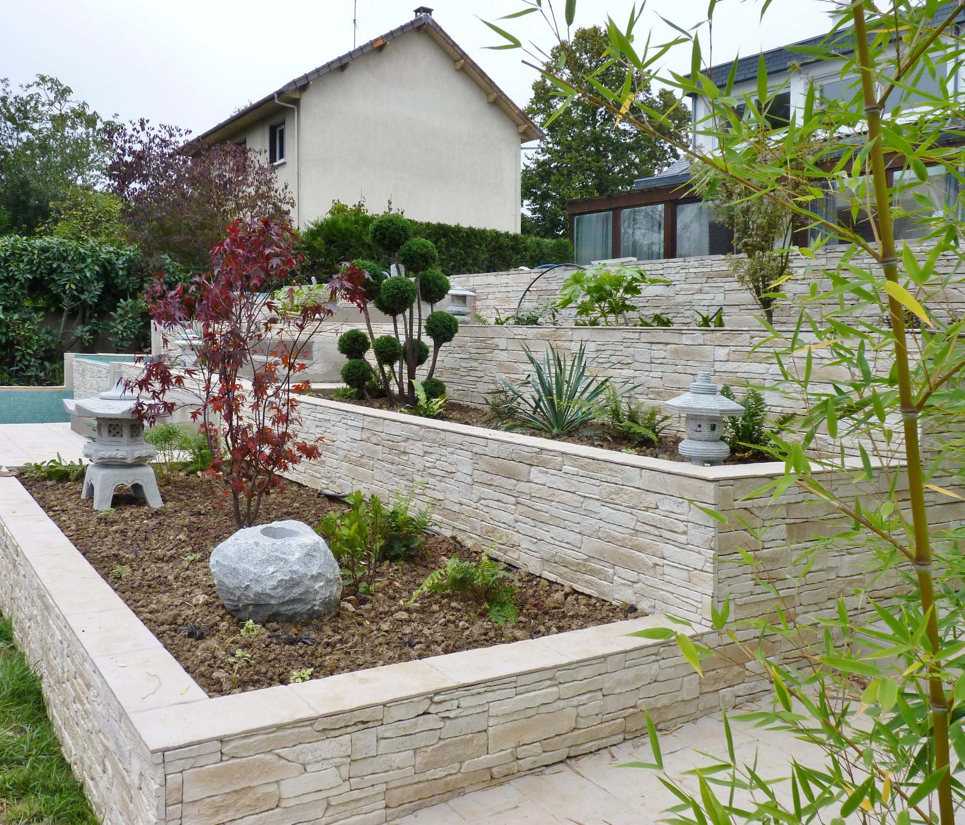 R novation zen maison typique ann es 70 agence architecte for Pierre de decoration jardin