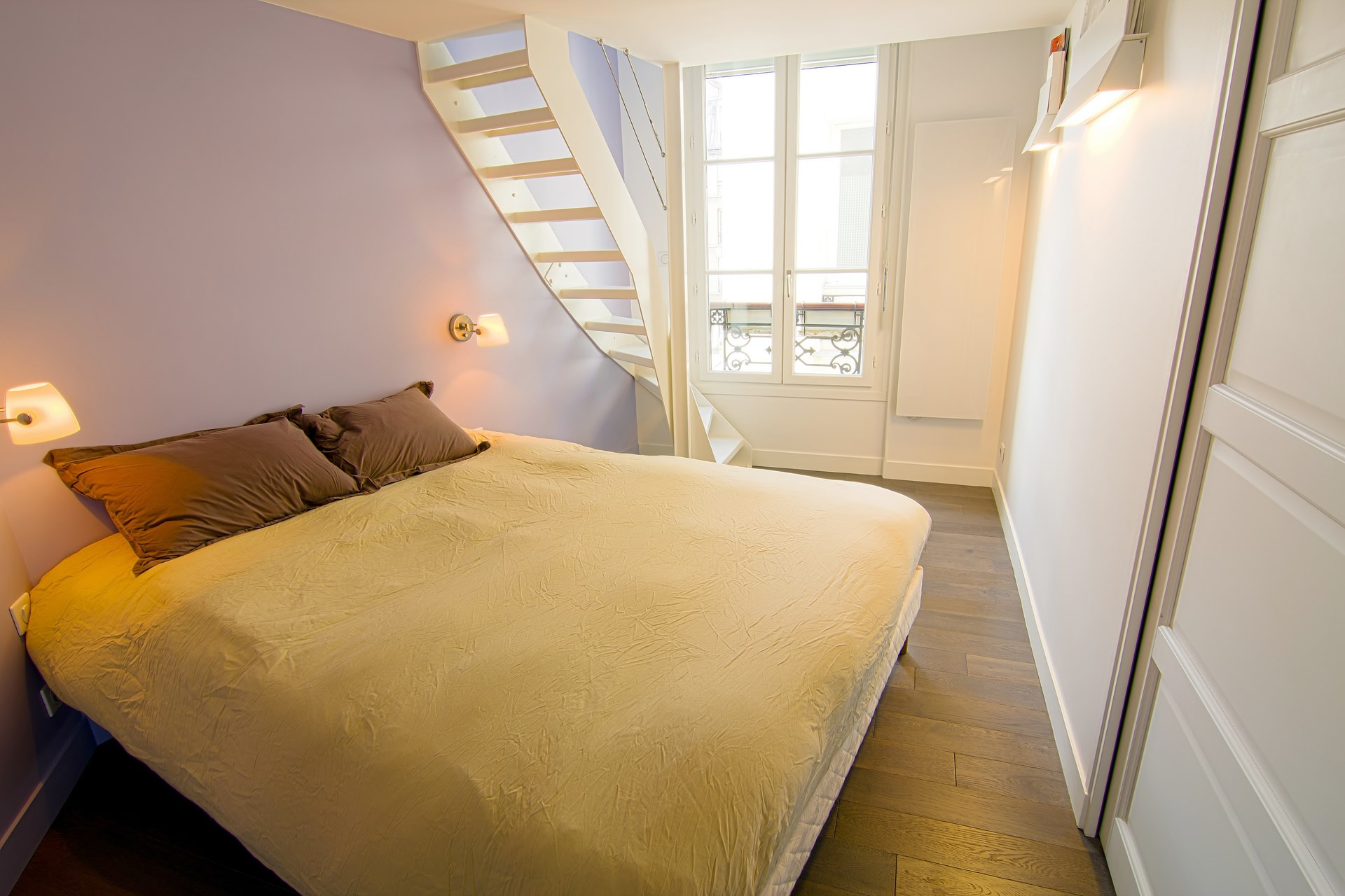 Am nagement appartement sous combles baign de lumi re paris for Amenagement chambre comble