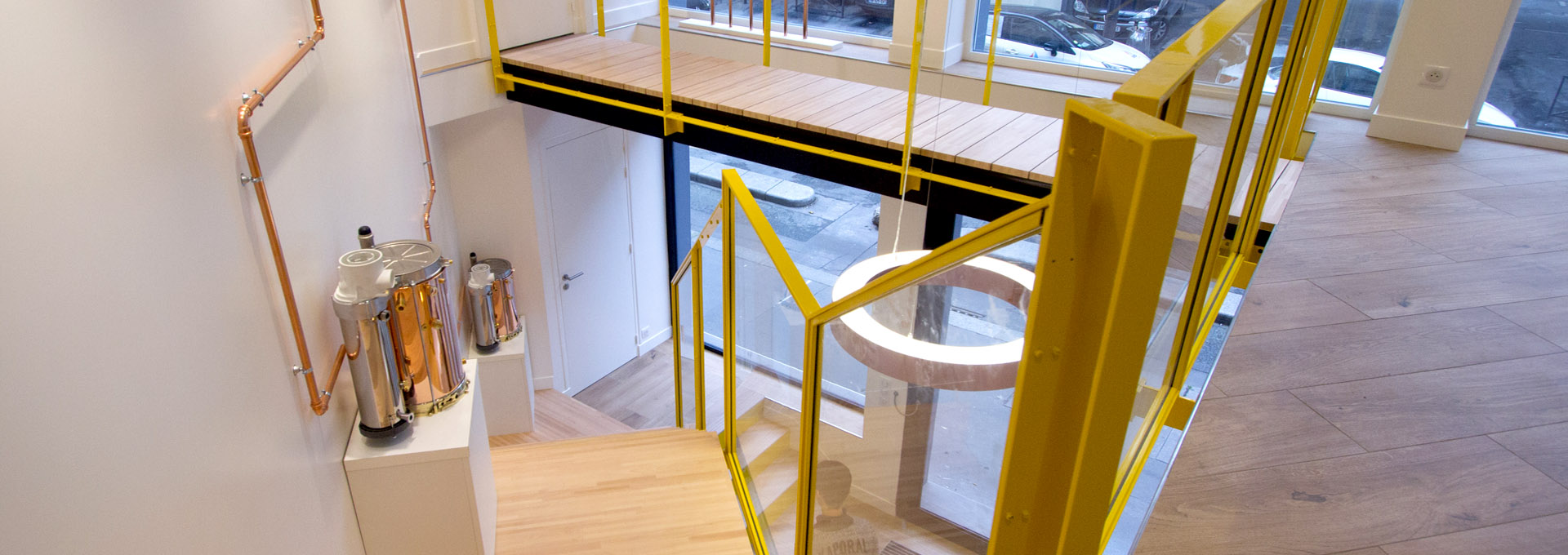 P2-Agence-Avous-Retail-Showroom-Design-Paris-MP-Gaz-Escalier-metal-bois-verre-passerelle