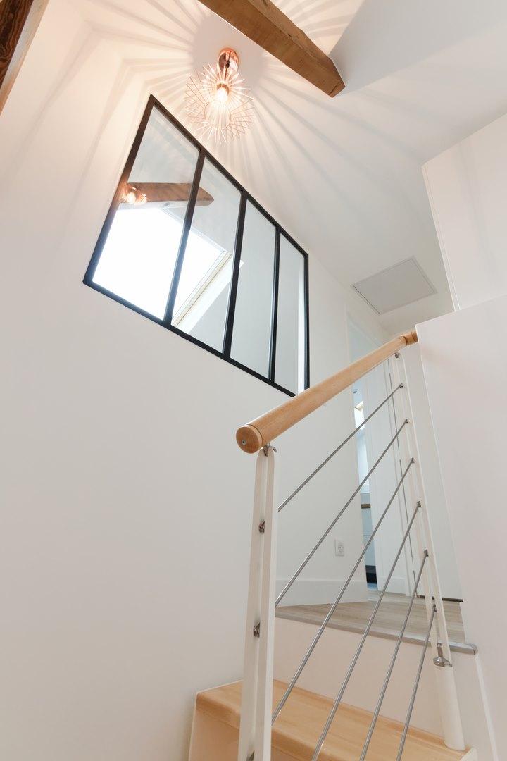 Loft sous comble am nag pour location structures apparentes for Agence loft paris