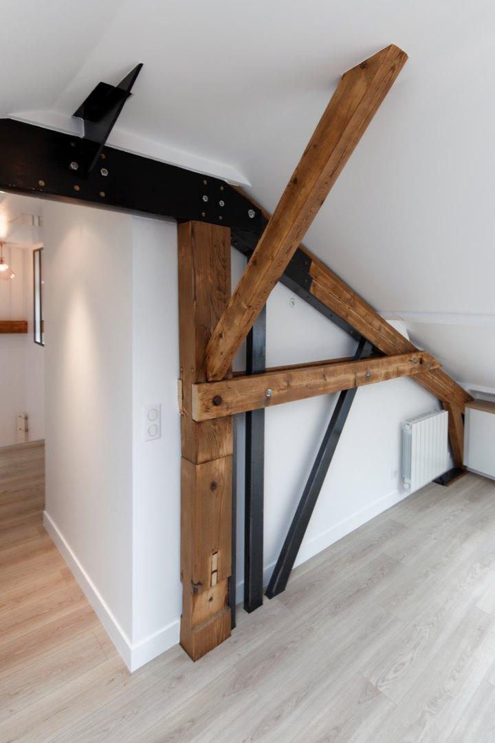 loft sous comble am nag pour location structures apparentes. Black Bedroom Furniture Sets. Home Design Ideas