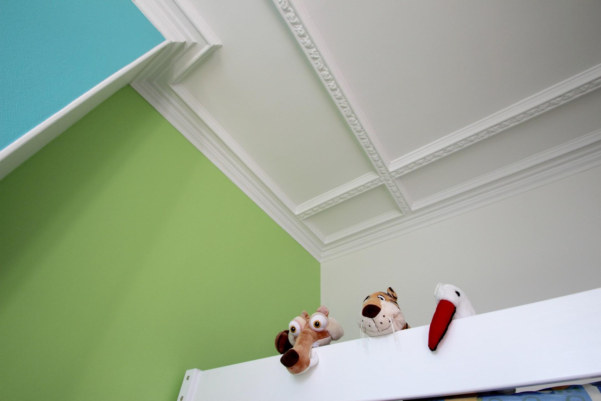 appartement familiale chambre enfant vert et bleu moulure corniche agence avous