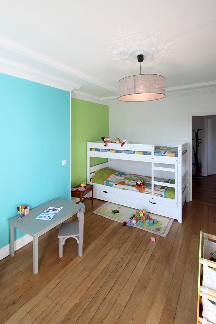 appartement familiale chambre enfant vert et bleu moulure agence avous