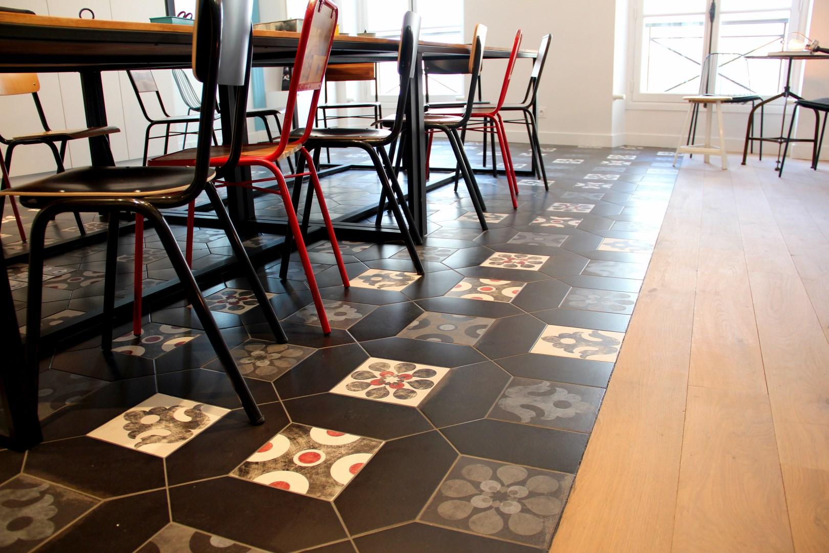 bureau renovation sol carreau de ciment aleatoire chaise ecolier Agence Avous Architecte Interieur