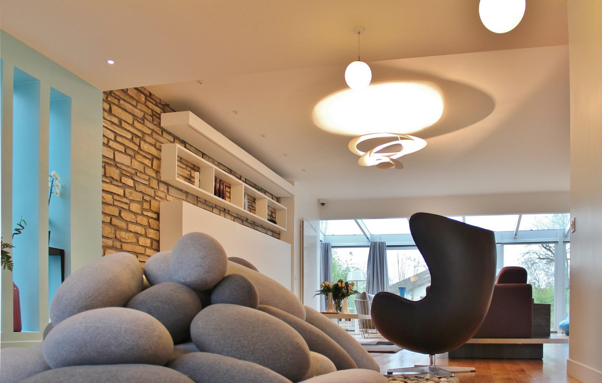 maison renovation luxe coussins galet suspension artemide pirce agence avous