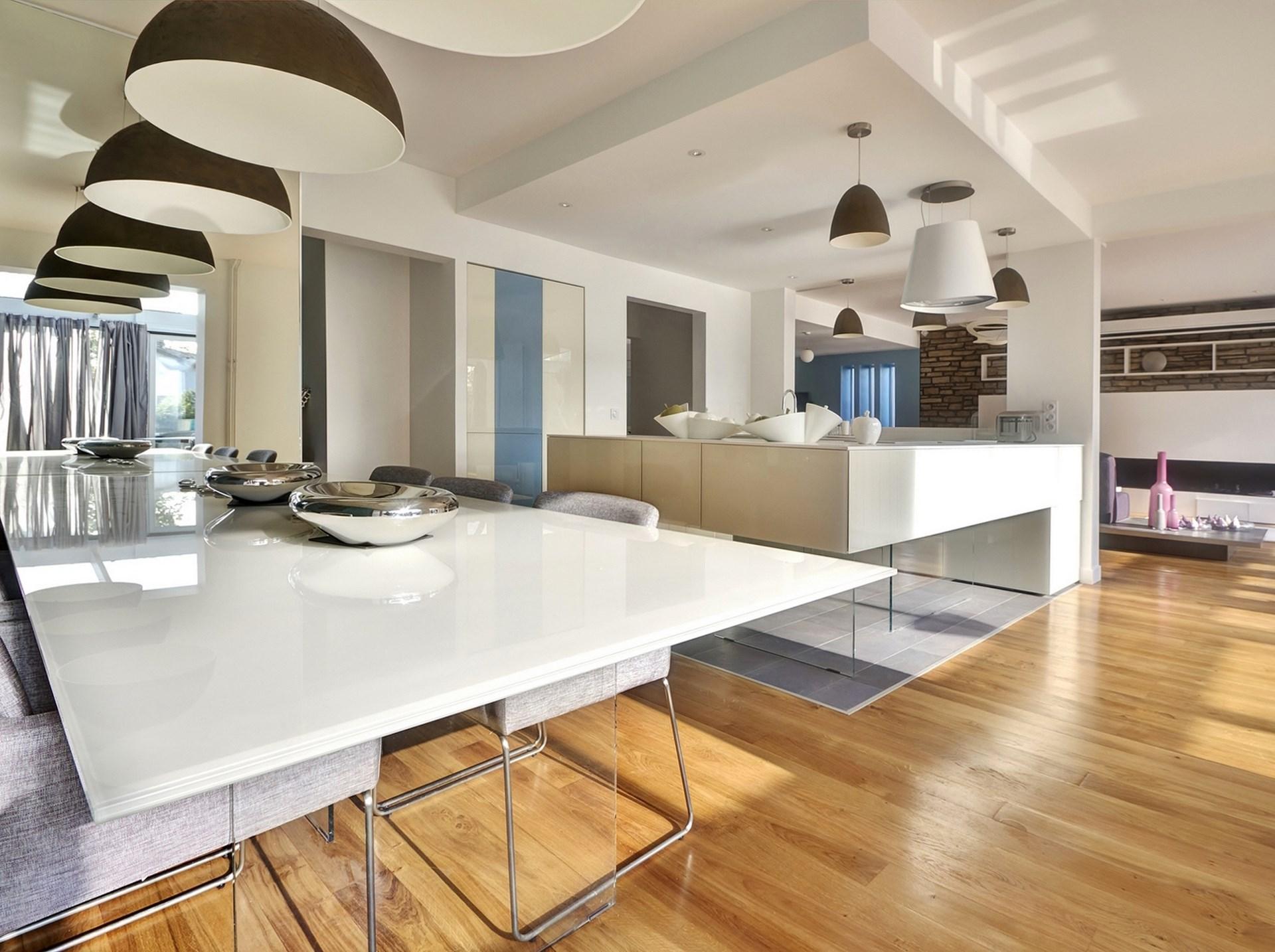 maison renovation luxe cuisine lago table verre blanc laque parquet corian agence avous