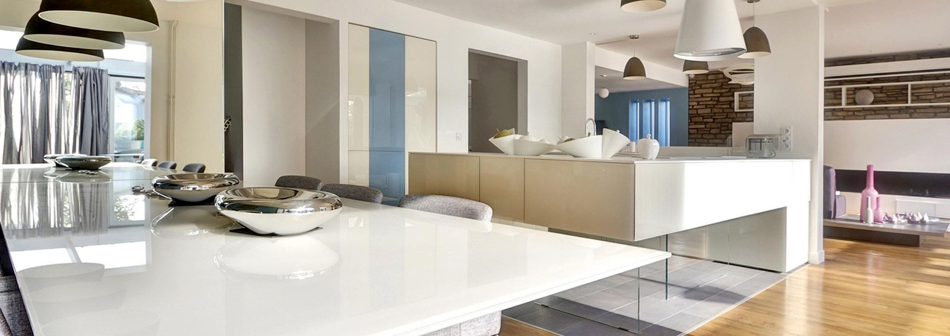 P-Agence-Avous-maison-renovation-luxe-cuisine-lago-table-verre-blanc-laque-parquet-corian