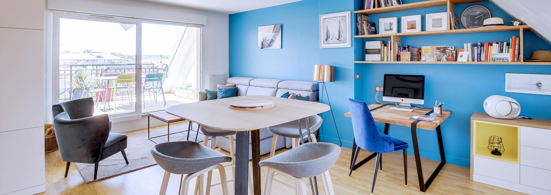 P_Agence_Avous_Appartement_chic_le_chesnay_piece_a_vivre_mur_bleu