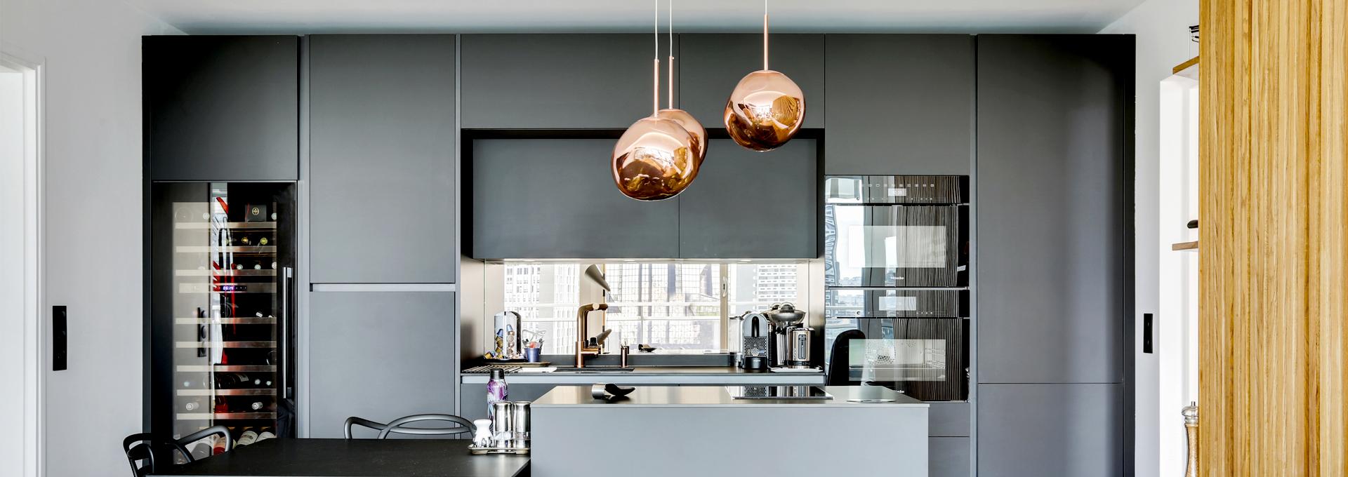 P_Agence_Avous_Renovation_Appartement_vue_tour_eiffel_cuisine_noire
